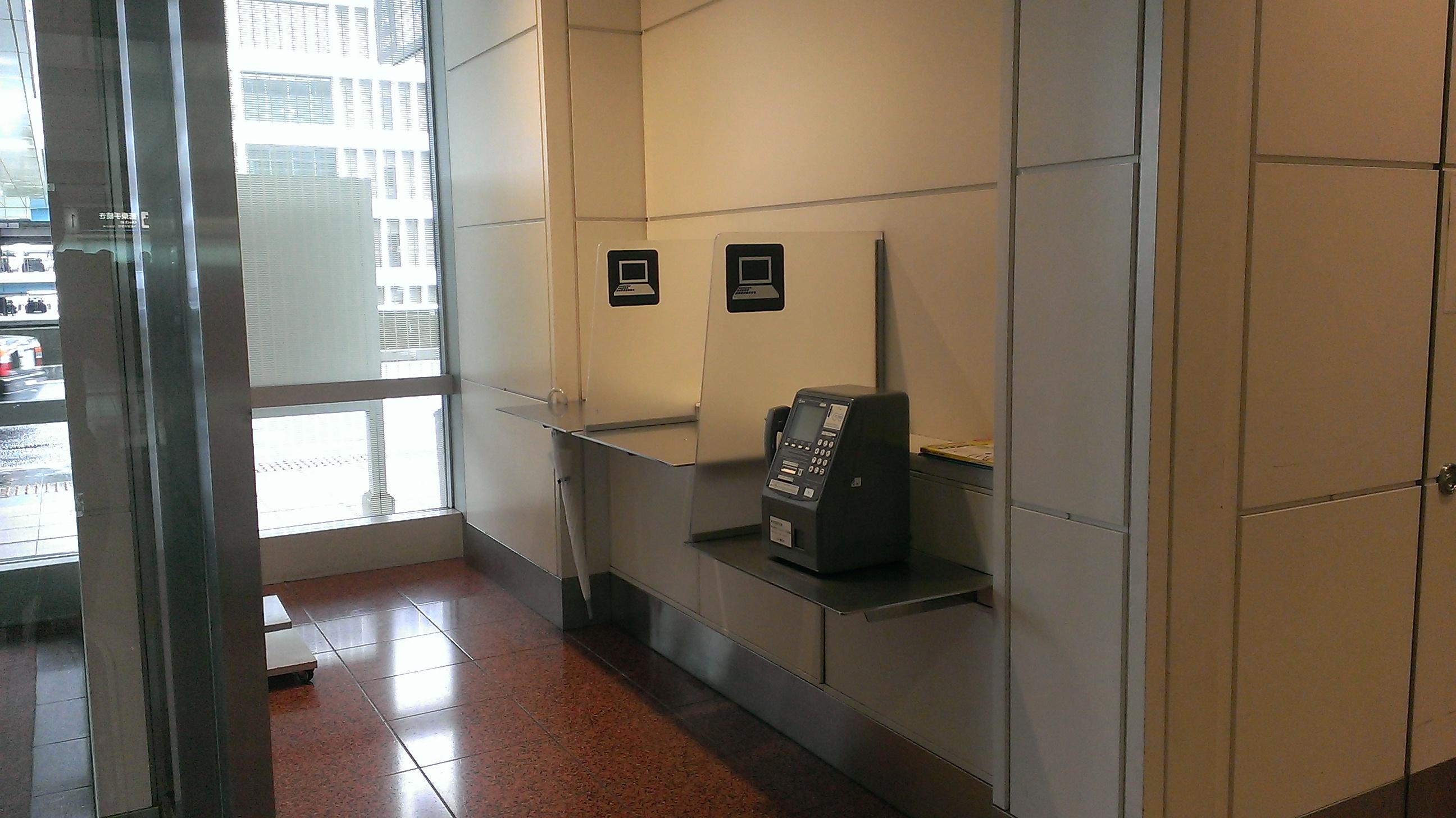 空港内に点在するパソコンデスクエリア