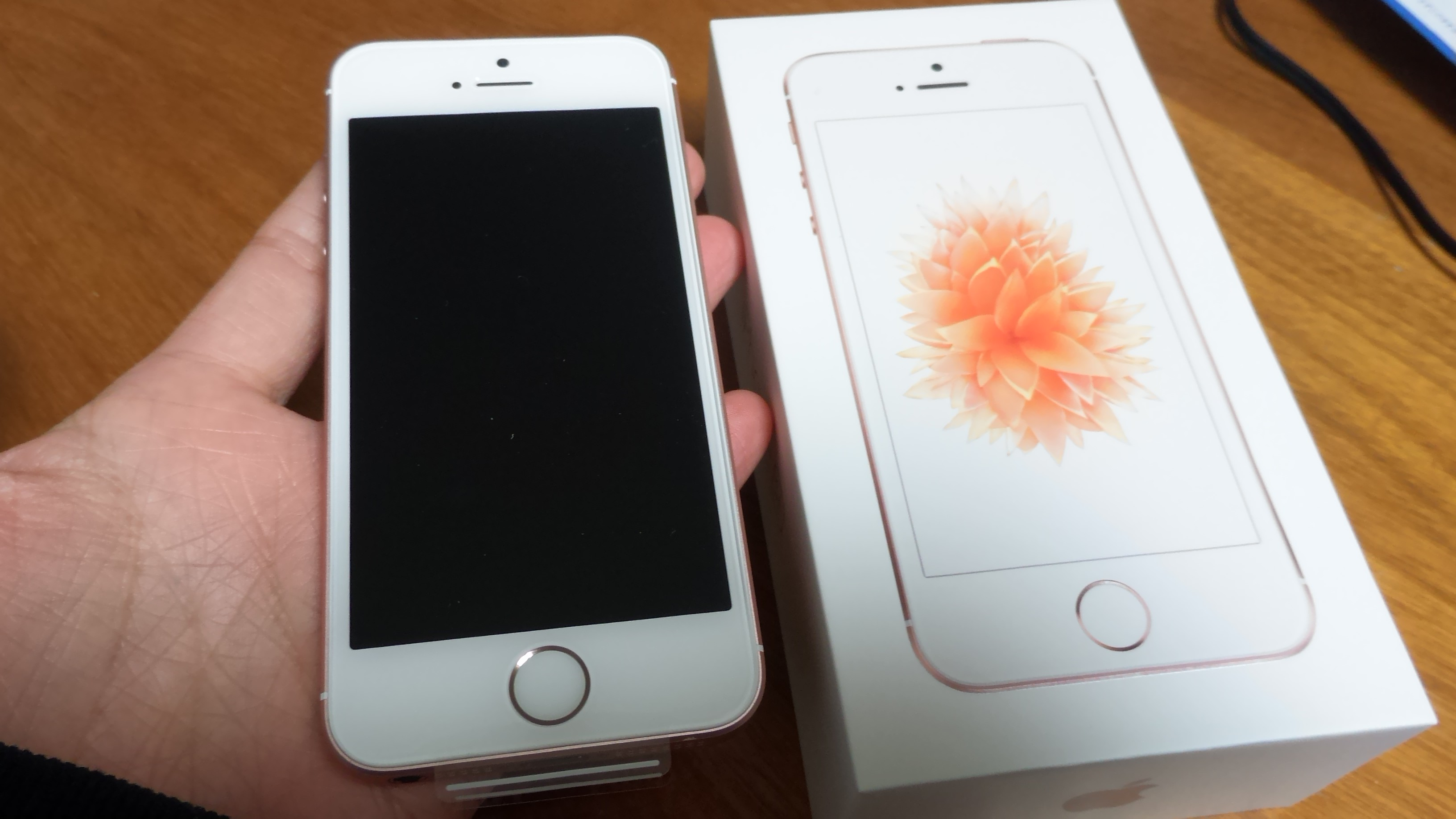 iPhoneSEの製品化粧箱(パッケージ)