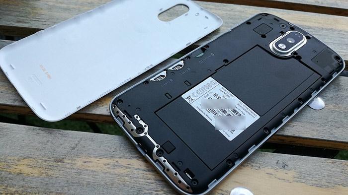 Moto G4 Plusは裏蓋を取り外せます。