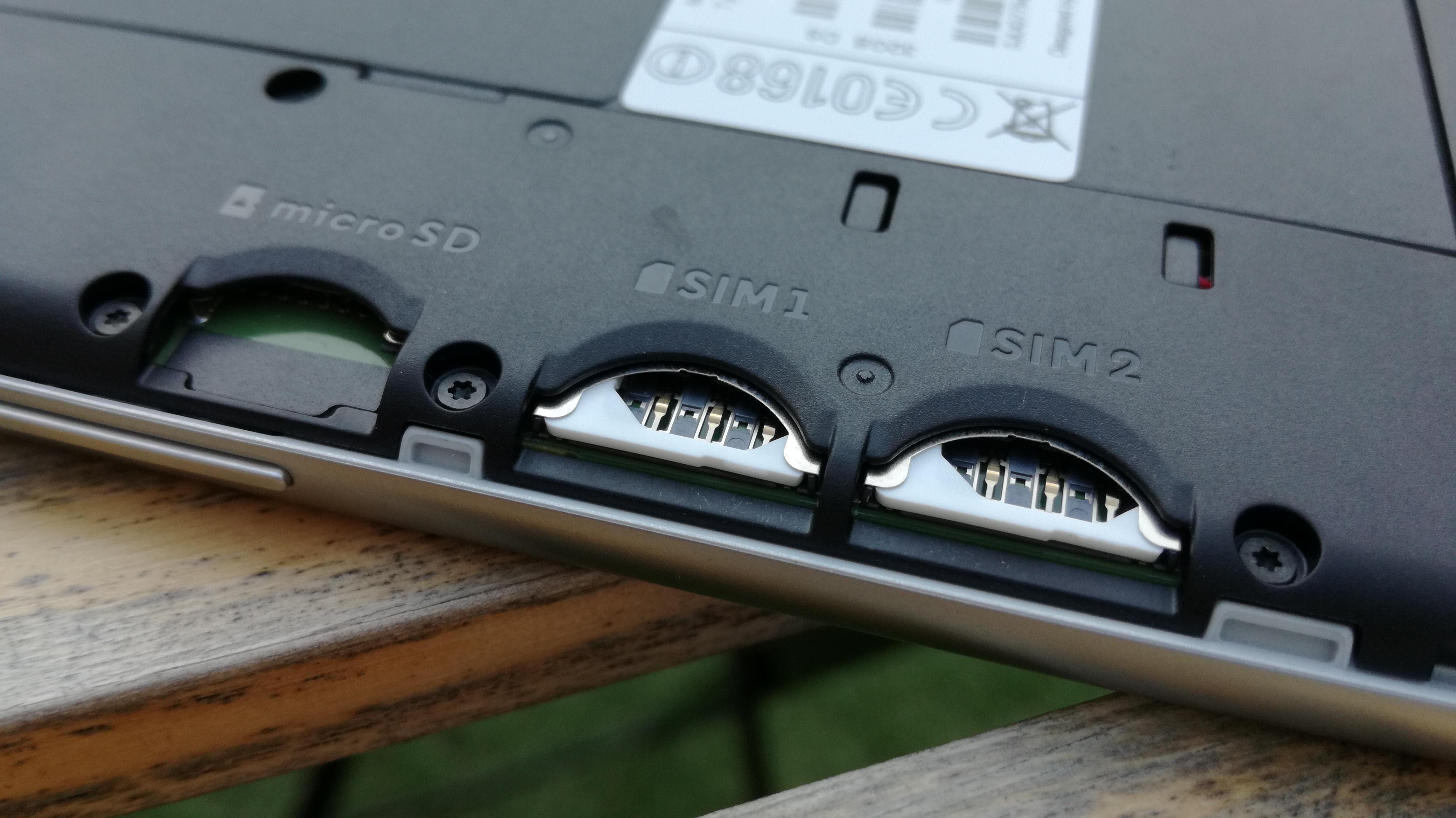 microSDカードとSIMカードを2枚挿入できます。