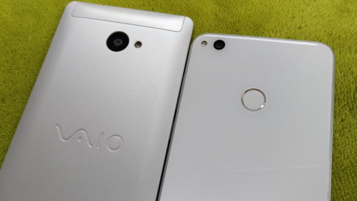 """VAIO Phone A(左)""と""nova lite(右)"""