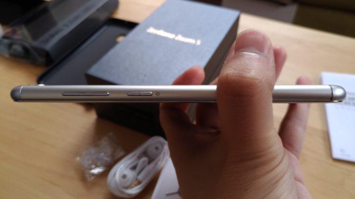 Zenfone Zoom Sの右側