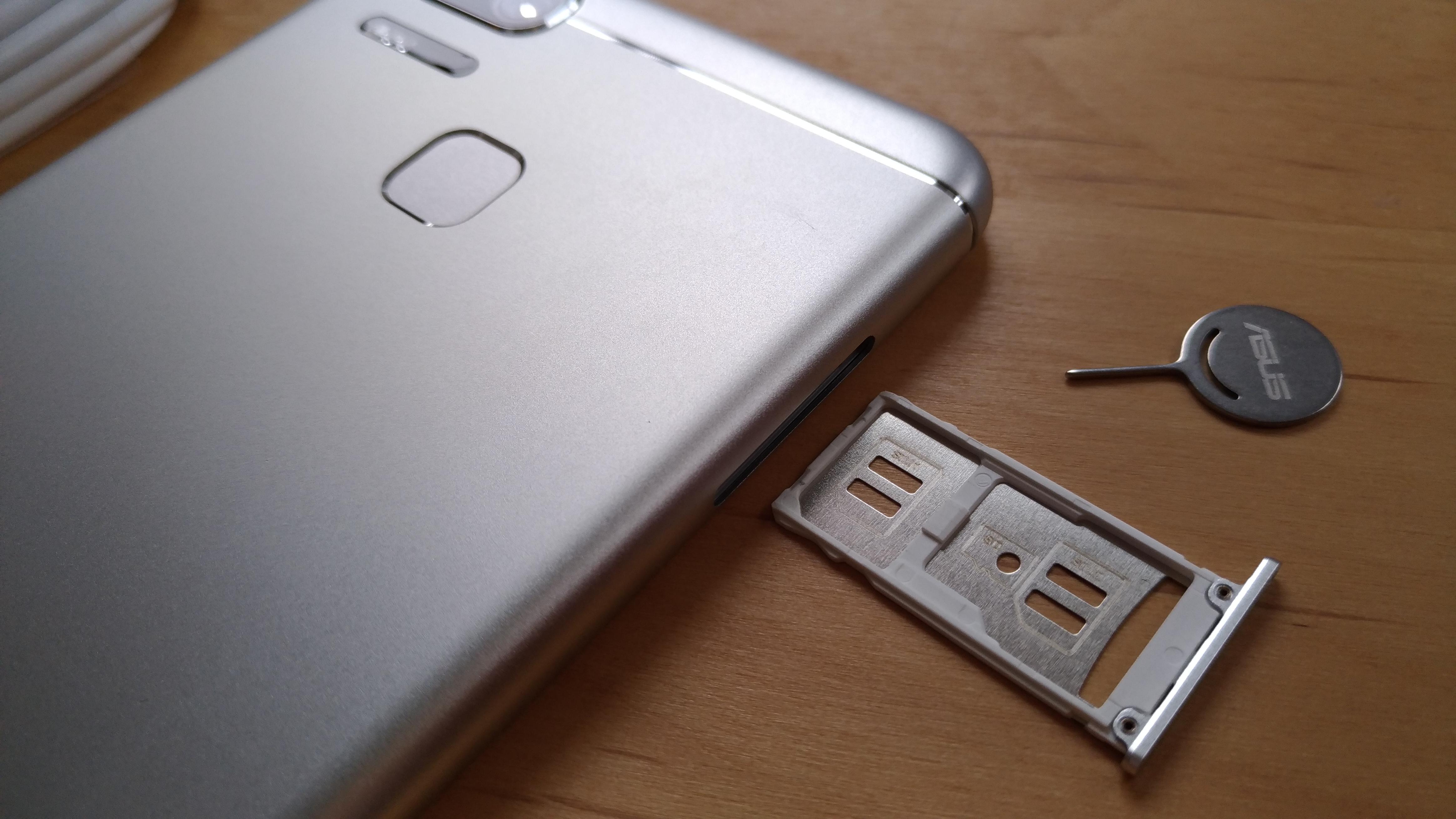 nanoSIM2枚またはnanoSIM1枚&microSDを装着