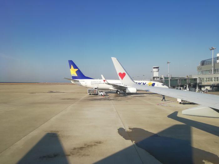 神戸空港にて離陸前の飛行機車窓から1倍通常撮影