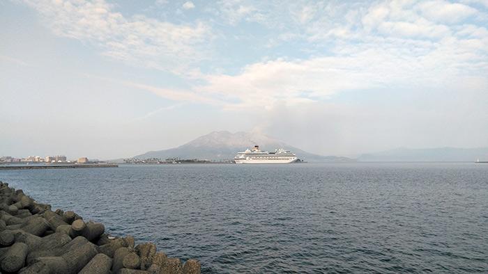マリンポートに停泊する豪華客船
