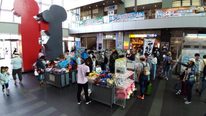 JR高松駅コンコースにはヤドンパラダイス開催中