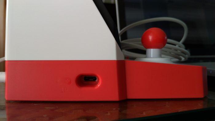 両サイドにはコントローラーを接続する端子