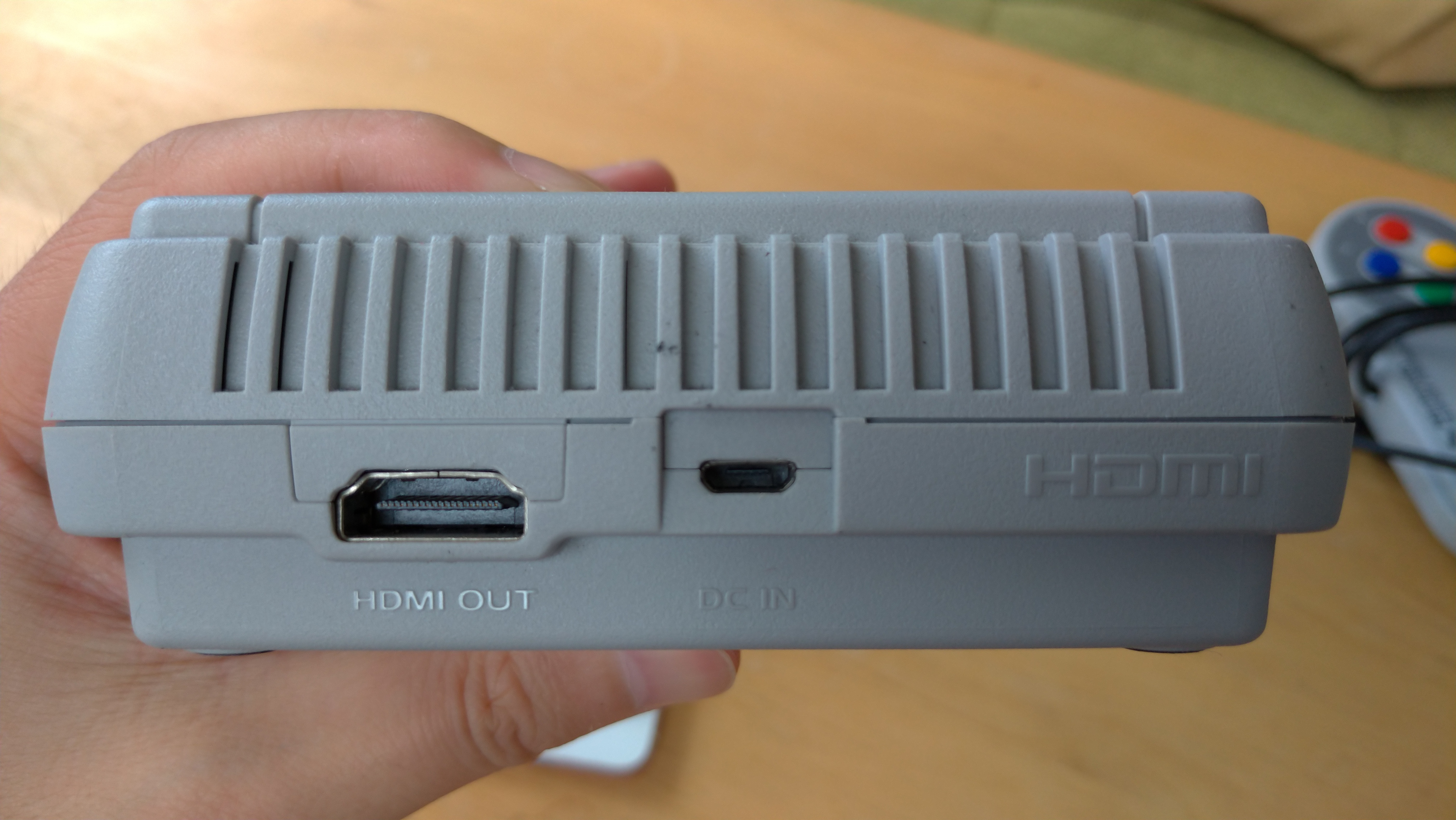 背面はHDMI端子