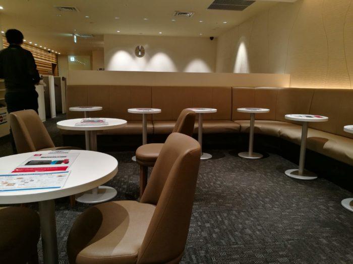 ラウンジ内にはソファやテーブル
