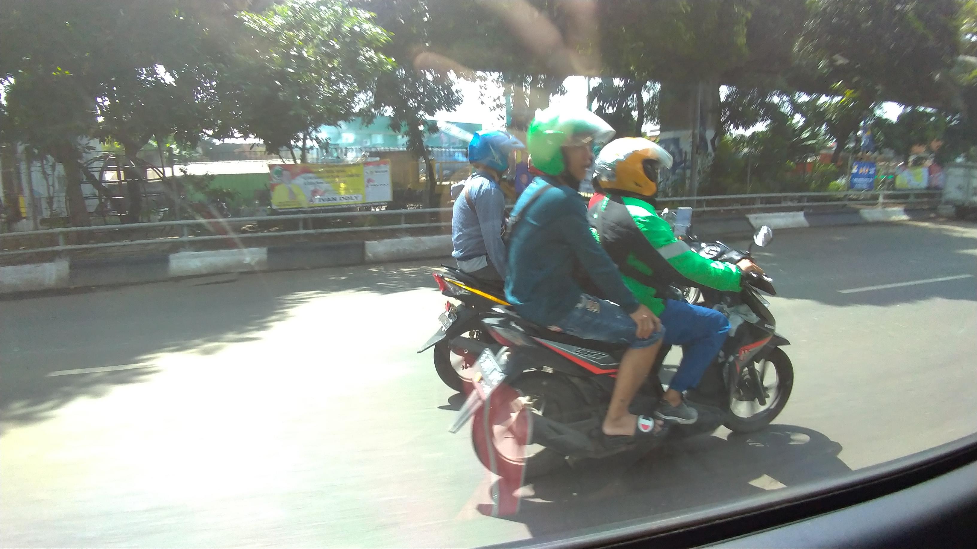 ジャカルタの街をバイクタクシー